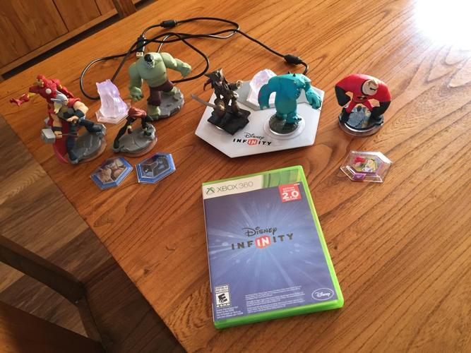 Disney Infinity 2.0 Starter Pack with Marvel characters + extras for XBOX 360