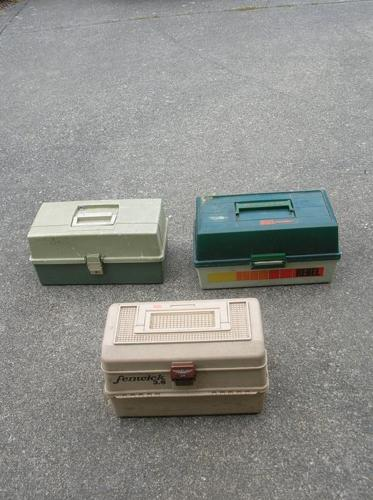 FRESH AND SALTWATER FISHING BOXES.   (040 3811)