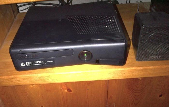 Minty Xbox 360 Slim 250gb w Wireless controller and 3 games