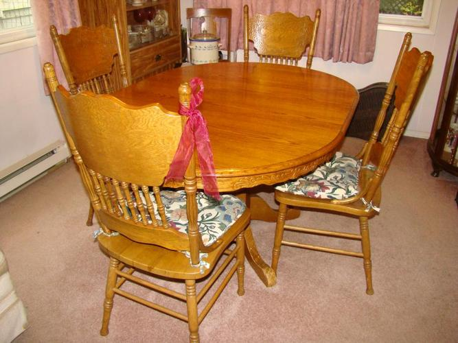 Oak Dining Room Table & 4 Chairs