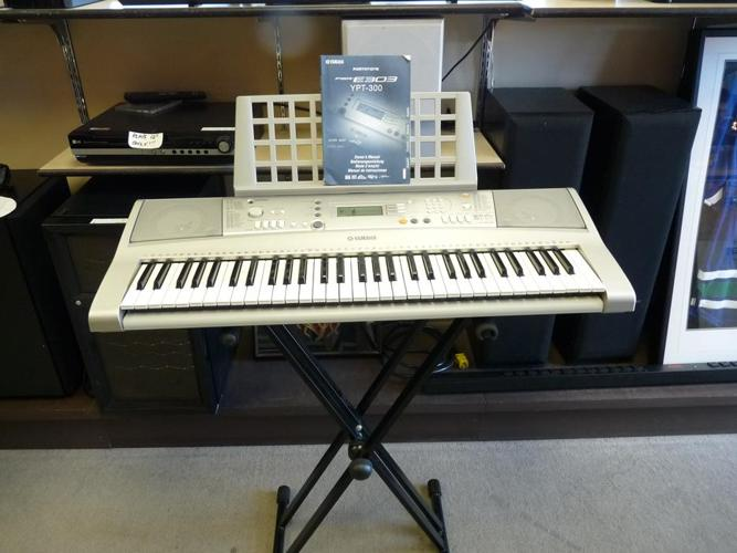 YAMAHA PSR-E303 keyboard with 61full size keys and stand