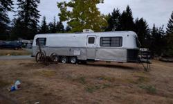 Nice unit, Aluminum body like airstream, electric tongue jack, air/hear rooftop unit works great, stove/oven, bar fridge, bathroom, double bed in rear, lots of cupboards n storage area in excellent condition, hot water (unsure if it works), holding tanks