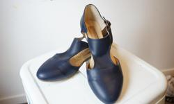 Gorgeous & handmade, with side cut-outs, deep blue leather. Like new, fits as a size 7.5-8. They might even help you speak Spanish ;)