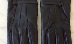 BLACK LEATHER LADIES GLOVES NEEDING A SMALL REPAIR TO THE FINGER AS SHOWN IN THE PHOTO, PERFECTLY CLEAN INSIDE AND OUT, HARDLY WORN BUT SUSTAINED A FALL ON THE SIDEWALK LEAVING A FEW LIGHT SCUFFS, SIZE MEDIUM.