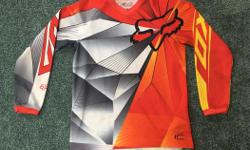 FOX youth medium dirt bike hc jersey in good shape $20 O.B.O. I can bring it to my work in Langford most weekdays if getting to Shawnigan Lake is a problem