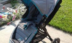This stroller is very easy to maneuvre, featuring all-terrain wheels, an adjustable handlebar, a hand-operated parking brake and adjustable five-point safety harness. It is very easy to fold and store even using one hand and has a swivel front wheel.