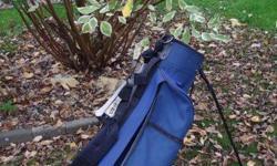 Junior's standing Wilson golf bag, blue.