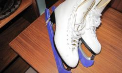 LOVELY LADIES CCM ICE SKATING BOOTS. WHITE. USED ONLY ONCE ... LIKE NEW. BLADE COVERS INCLUDED SIZE: 7 1/2