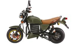 The Motorino XMb looks like a motorbike used as a prop in the Indiana Jones movies or like a WW II combat bike. And when you knock on its gas tank, you understand that the XMb is not an illusion. It is built with a 72V/20 Amp hour battery, state of