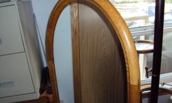 OAK MIRROR IN GOOD CONDITION. (HARD TO TAKE GOOD PICTURE)