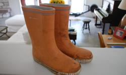 Gently used rubber boots. No holes. size 37.