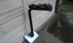 Mounts to 5th wheel hitch.