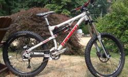 downhill mountain bike, size medium Boxxer rock shox Fox dhx 5.0 Race face crank and handlebars Syncros wheels 213 mm disc brakes