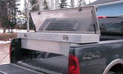 checker plated truck tool box with keyed  locks.this tool box sits on the side of the truck box.Box is made of aluiminium,in new condition.........fits standard truck box..............